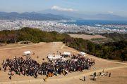 Вид на холм Нихондар, место проведения межконфессионального молебна. Сидзуока, Япония. 22 ноября 2013 г. Фото: Тибетский офис в Японии.