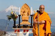 Его Святейшество Далай-лама готовится обратиться с речью к участникам межконфессионального молебна на холме Нихондара. Сидзуока, Япония. 22 ноября 2013 г. Фото: Тибетский офис в Японии.