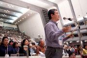 Слушатели задают вопросы Его Святейшеству Далай-ламе на встрече в Международном конференц-центре в Киото, Япония. 24 ноября 2013 г. Фото: Тибетский офис в Японии