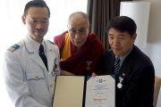 Представитель Общества Альберта Швейцера в Восточной Азии вручает почетную грамоту Его Святейшеству Далай-ламе и его официальному представителю в Японии Лхакпе Цоко. Киото, Япония. 24 ноября 2013 г. Фото: Джереми Рассел (офис ЕСДЛ)