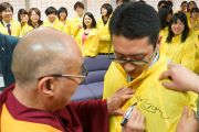 Его Святейшество Далай-лама ставит автограф на накидке волонтера, помогавшего в проведении встречи в Международном конференц-центре в Киото, Япония. 24 ноября 2013 г. Фото: Джереми Рассел (офис ЕСДЛ)