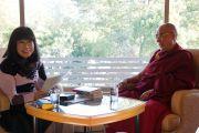 Писательница Мицуо Симомура берет интервью у Его Святейшества Далай-ламы. Киото, Япония. 23 ноября 2013 г. Фото: Джереми Рассел (офис ЕСДЛ)