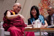 Его Святейшество Далай-лама и японская писательница Банана Йосимото на встрече в Международном конференц-центре в Киото, Япония. 24 ноября 2013 г. Фото: Тибетский офис в Японии