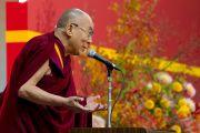 Его Святейшество Далай-лама выступает в киотском университете Сеика. Киото, Япония. 23 ноября 2013 г. Фото: Тибетский офис в Японии