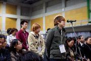 Студенты задают вопросы Его Святейшеству Далай-ламе после его выступления в университете Сеика. Киото, Япония. 23 ноября 2013 г. Фото: Тибетский офис в Японии