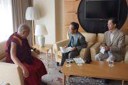 """Корреспонденты журнала """"Сапио"""" берут интервью у Его Святейшества Далай-ламы. Киото, Япония. 24 ноября 2013 г. Фото: Джереми Рассел (офис ЕСДЛ)"""