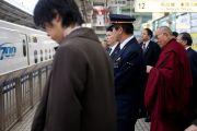 Его Святейшество Далай-лама ожидает посадки на поезд из Киото в Токио. Киото, Япония. 25 ноября 2013 г. Фото: Тибетский офис в Японии