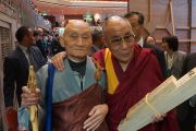 Его Святейшество Далай-лама фотографируется с корейским монахом после выступления в зале Рёгоку Кокугикан в Токио, Япония. 25 ноября 2013 г. Фото: Джереми Рассел (офис ЕСДЛ)