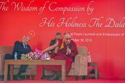 Его Святейшество Далай-лама и доктор Пратхап Редди, председатель правления больницы Аполло, смеются во время ответов на вопросы слушателей в больнице Аполло в Дели 30 ноября 2013 г. Фото: Тензин Чойджор (Офис ЕСДЛ)