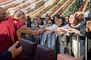 Его Святейшество Далай-лама приветствует своих почитателей по прибытии в больницу Аполло в Дели 30 ноября 2013 г. Фото: Тензин Чойджор (Офис ЕСДЛ)
