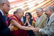 Его Святейшество Далай-ламу приветствуют по прибытии в больницу Аполло в Дели 30 ноября 2013 г. Фото: Тензин Чойджор (Офис ЕСДЛ)
