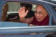 Его Святейшество Далай-лама прощается со своими почитателями, уезжая из больницы Аполло в Дели 30 ноября 2013 г. Фото: Тензин Чойджор (Офис ЕСДЛ)