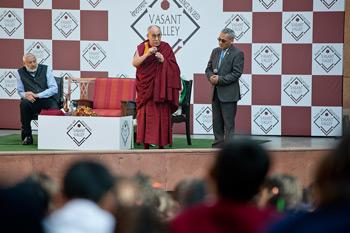 """Далай-лама побеседовал с учениками школы """"Вазант Вэлли"""" и посетил Институт гепатологии"""
