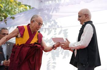 В Дели Далай-лама вручил премию имени Т.Н. Кхошу и посетил детский дом для беспризорников