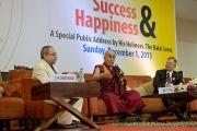 Его Святейшество Далай-лама отвечает на вопросы после лекции в Институте технологий управления им. Бирлы. Фото: Тензин Чойджор (офис ЕСДЛ)
