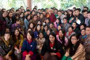 Его Святейшество Далай-лама со студентами из Бутана во время встречи в Ноиде 1 декабря 2013 г. Фото: Тензин Чойджор (Офис ЕСДЛ)