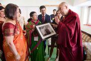 Его Святейшеству Далай-ламе подарили на память фотографию, сделанную в доме семьи Бирла в 1950-1960 году. 1 декабря 2013 г. Фото: Тензин Чойджор (офис ЕСДЛ)