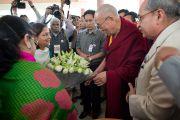 Его Святейшество Далай-ламу приветствуют по прибытии в Институт технологий управления им. Бирлы в Ноиде 1 декабря 2013 г. Фото: Тензин Чойджор (Офис ЕСДЛ)