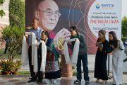 Почитатели ждут прибытия Его Святейшества Далай-ламы в в Институт технологий управления им. Бирлы в Ноиде 1 декабря 2013 г. Фото: Тензин Чойджор (Офис ЕСДЛ)