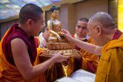 Его Святейшество Далай-лама рассматривает статую Будды, поднесенную ему во время пуджи долгой жизни в последний день учений для буддистов из Монголии. Дели, Индия. 4 декабря 2013 г. Фото: Тензин Чойджор (офис ЕСДЛ)