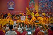 Его Святейшество Далай-лама читает заключительные молитвы в последний день учений для буддистов из Монголии. Дели, Индия. 4 декабря 2013 г. Фото: Тензин Чойджор (офис ЕСДЛ)