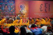 Его Святейшество Далай-лама и его последователи в завершающий день учений для буддистов из Монголии. Дели, Индия. 4 декабря 2013 г. Фото: Тензин Чойджор (офис ЕСДЛ)