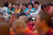 Участники учений получили защитные шнурки и стебли травы куша после проведения подготовки к посвящению Ваджрабхайравы на второй день учений Его Святейшества Далай-ламы для буддистов из Монголии. Дели, Индия. 3 декабря 2013 г. Фото: Тензин Чойджор (офис ЕСДЛ)