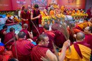 Монахи раздают защитные шнурки и стебли травы куша после проведения подготовки к посвящению Ваджрабхайравы на второй день учений Его Святейшества Далай-ламы для буддистов из Монголии. Дели, Индия. 3 декабря 2013 г. Фото: Тензин Чойджор (офис ЕСДЛ)