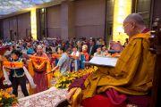 Буддисты из Монголии совершают подношения Его Святейшеству Далай-ламе во время пуджи долгой жизни в последний день учений. Дели, Индия. 4 декабря 2013 г. Фото: Тензин Чойджор (офис ЕСДЛ)
