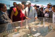 Его Святейшество Далай-лама рассматривает макет комплекса Института гепатологии. Нью-Дели, Индия. 6 декабря 2013 г. Фото: Тензин Чойджор (офис ЕСДЛ)