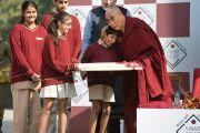 Ученики преподнесли Его Святейшеству Далай-ламе подарки на память о его посещении школы Вазант Вэлли. Нью-Дели, Индия. 6 декабря 2013 г. Фото: Тензин Чойджор (офис ЕСДЛ)