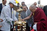 Его Святейшество Далай-лама зажигает светильник во время торжественной церемонии открытия 16-го дня профилактики гепатита, который проводится Институтом гепатологии, поставившим перед собой цель полностью избавить Индию от этого заболевания. Нью-Дели, Индия. 6 декабря 2013 г. Фото: Тензин Чойджор (офис ЕСДЛ)