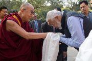Директор школы Вазант Вэлли Арун Капур встречает Его Святейшество Далай-ламу. Нью-Дели, Индия. 6 декабря 2013 г. Фото: Тензин Чойджор (офис ЕСДЛ)