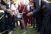 Его Святейшество Далай-лама поливает саженец деверева, посаженного в ознаменование открытия 16-го дня профилактики гепатита, который проводится Институтом гепатологии, поставившим перед собой цель полностью избавить Индию от этого заболевания. Нью-Дели, Индия. 6 декабря 2013 г. Фото: Тензин Чойджор (офис ЕСДЛ)