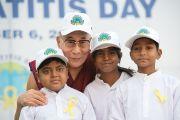 Его Святейшество Далай-лама фотографируется с детьми, прошедшими операцию пересадки печени в Институте гепатологии. Нью-Дели, Индия. 6 декабря 2013 г. Фото: Тензин Чойджор (офис ЕСДЛ)