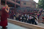Его Святейшество Далай-лама приветствует учеников школы Вазант Вэлли. Нью-Дели, Индия. 6 декабря 2013 г. Фото: Тензин Чойджор (офис ЕСДЛ)