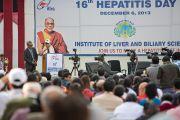 Его Святейшество Далай-лама выступает с речью в рамках 16-го дня профилактики гепатита, который проводится Институтом гепатологии, поставившим перед собой цель полностью избавить Индию от этого заболевания. Нью-Дели, Индия. 6 декабря 2013 г. Фото: Тензин Чойджор (офис ЕСДЛ)