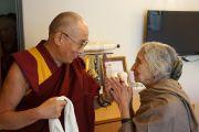 Его Святейшество Далай-лама со своей давней знакомой Капилой Ватсьяян, ученой, сторонницей Тибета, основательницей и директором Национального центра искусств им. Индиры Ганди. Нью-Дели, Индия. 7 декабря 2013 г. Фото: Тензин Чойджор (офис ЕСДЛ)