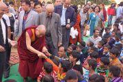 Его Святейшество Далай-лама приветствует слушателей перед началом своего выступления в детском доме для беспризорников в Мехраули. Нью-Дели, Индия. 7 декабря 2013 г. Фото: Тензин Чойджор (офис ЕСДЛ)