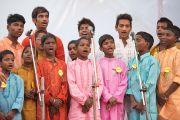 Дети из шести штатов, в которых есть детские дома для беспризорников, выступают перед Его Святейшеством Далай-ламой во время его визита в детский дом для беспризорников в Мехраули. Нью-Дели, Индия. 7 декабря 2013 г. Фото: Тензин Чойджор (офис ЕСДЛ)