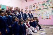 Его Святейшество Далай-лама фотографируется с детьми в одном из классов в детском доме для беспризорников в Мехраули. Нью-Дели, Индия. 7 декабря 2013 г. Фото: Тензин Чойджор (офис ЕСДЛ)