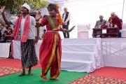 Школьники исполняют для Его Святейшества Далай-ламы народный танец во время его визита детский дом для беспризорников в Мехраули. Нью-Дели, Индия. 7 декабря 2013 г. Фото: Тензин Чойджор (офис ЕСДЛ)