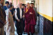 Харш Мандер показывает Его Святейшеству Далай-ламе помещения детского дома для беспризорников в Мехраули. Нью-Дели, Индия. 7 декабря 2013 г. Фото: Тензин Чойджор (офис ЕСДЛ)