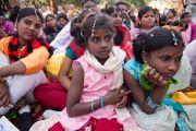 Дети слушают Его Святейшество Далай-ламу во время его выступления в детском доме для беспризорников в Мехраули. Нью-Дели, Индия. 7 декабря 2013 г. Фото: Тензин Чойджор (офис ЕСДЛ)