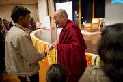 """Его Святейшество Далай-лама пожимает руку одному из слушателей перед лекцией """"Духовные ценности и сохранение окружающей среды"""" на церемонии вручения премии имени Т. Н. Кхошу. Нью-Дели, Индия. 7 декабря 2013 г. Фото: Тензин Чойджор (офис ЕСДЛ)"""