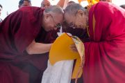 Ганден Трипа Ризонг Ринпоче приветствует Его Святейшество Далай-ламу в монастыре Сера. Билакуппе, штат Карнатака, Индия. 24 декабря 2013 г. Фото: Тензин Чойджор (офис ЕСДЛ)