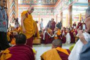 Его Святейшество Далай-лама приветствует собравшихся в храме Сера Лачи. Билакуппе, штат Карнатака, Индия. 24 декабря 2013 г. Фото: Тензин Чойджор (офис ЕСДЛ)