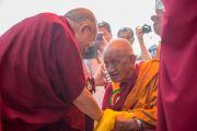 Его Святейшество Далай-лама здоровается с пожилым тибетским монахом в монастыре Сера. Билакуппе, штат Карнатака, Индия. 24 декабря 2013 г. Фото: Тензин Чойджор (офис ЕСДЛ)