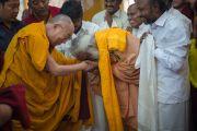 Его Святейшество Далай-лама приветствует лидеров различных религиозных общин в монастыре Сера. Билакуппе, штат Карнатака, Индия. 24 декабря 2013 г. Фото: Тензин Чойджор (офис ЕСДЛ)