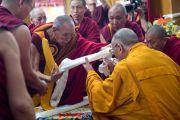 Ганден Трипа Ризонг Ринпоче преподносить Его Святейшеству Далай-ламе церемониальный шарф, приветствуя его в монастыре Сера Лачи. Билакуппе, штат Карнатака, Индия. 24 декабря 2013 г. Фото: Тензин Чойджор (офис ЕСДЛ)